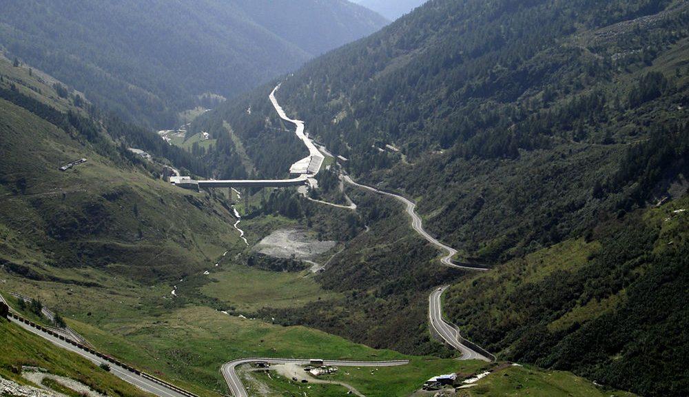 Linienbus nach Aosta auf der suedlichen Passzufahrt